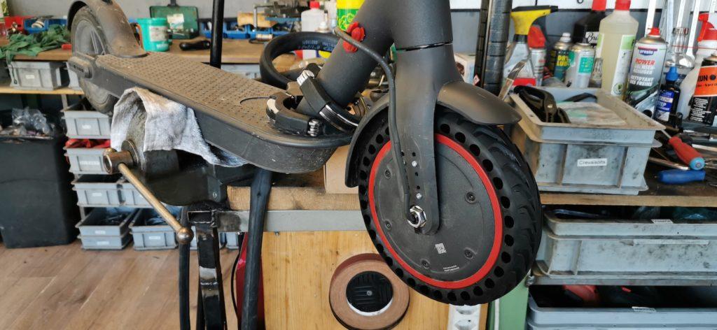 Échange des pneus sur Xiaomi M365 - Atelier Veloroule Genève